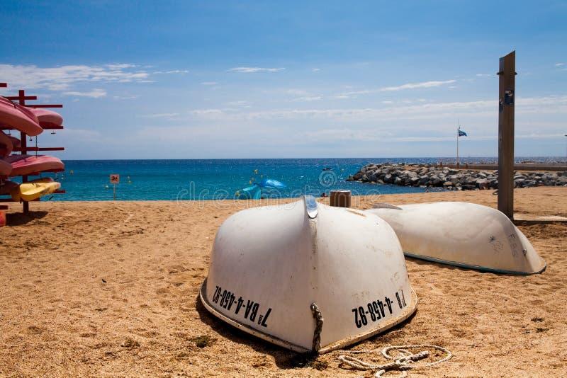 Dois barcos na praia Costa mediterrânea de Viareggio fotos de stock