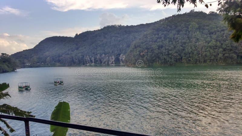 Dois barcos no lago do pokhara imagem de stock
