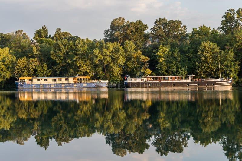 Dois barcos no nascer do sol no rio Rhone imagens de stock