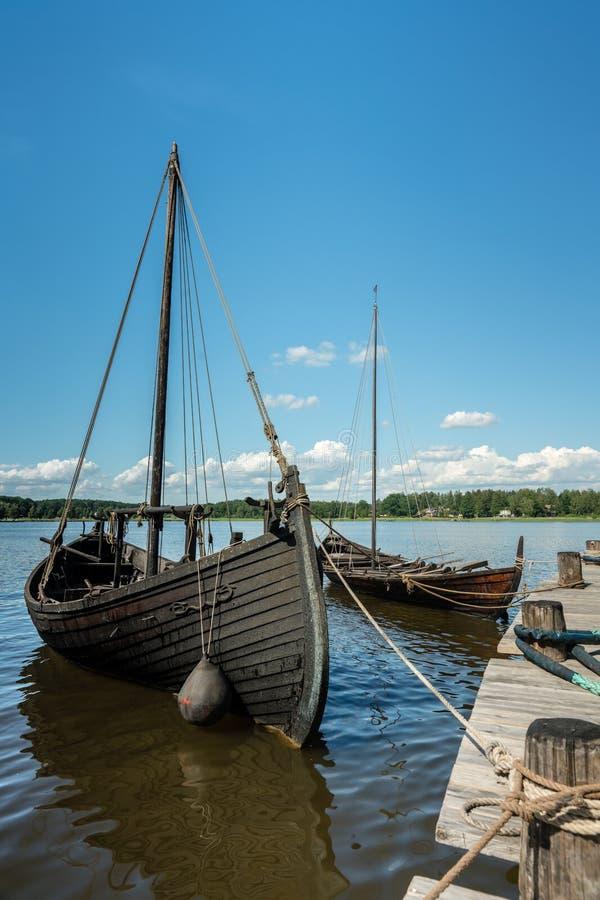 Dois barcos velhos da chalupa amarrados no cais imagens de stock royalty free