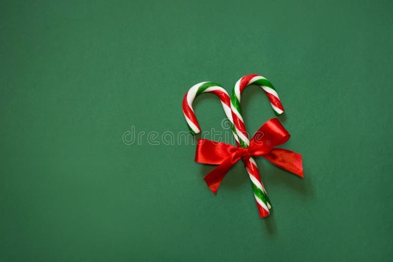 Dois bastões de doces com curva vermelha no fundo branco fotografia de stock