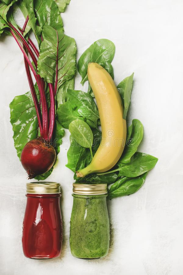Dois batidos saudáveis da desintoxicação do vegetariano com espinafres e beterrabas, legumes frescos, conceito cru da dieta, a foto de stock royalty free
