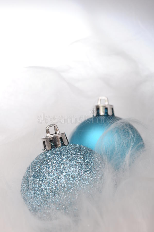Dois baubles azuis do Natal fotografia de stock royalty free