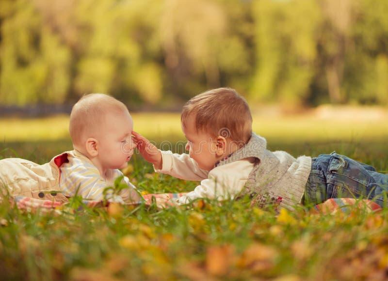Dois bebês imagem de stock royalty free