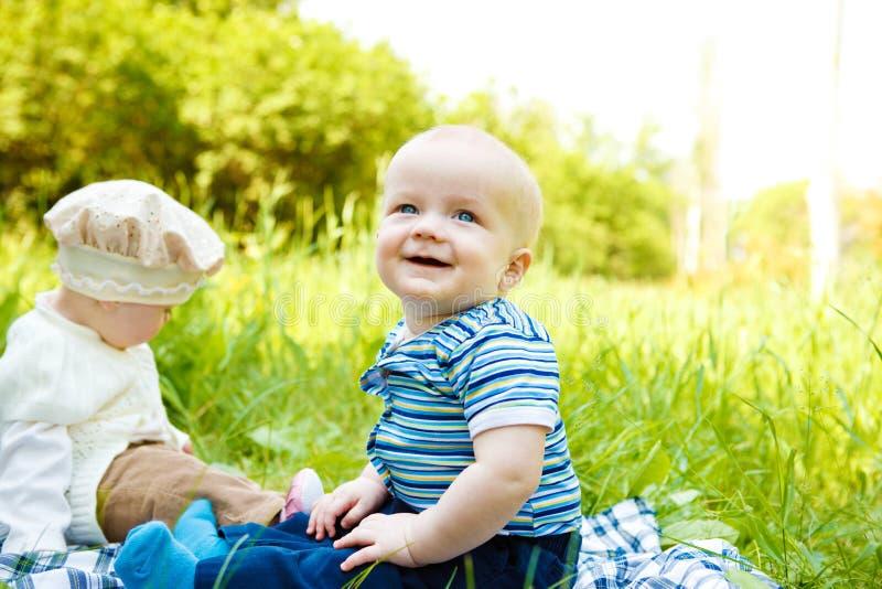 Dois bebês alegres imagens de stock