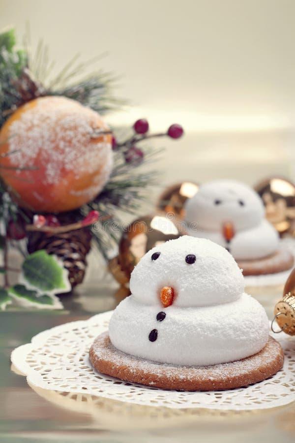 Dois biscoitos dos bonecos de neve do marshmallow foto de stock