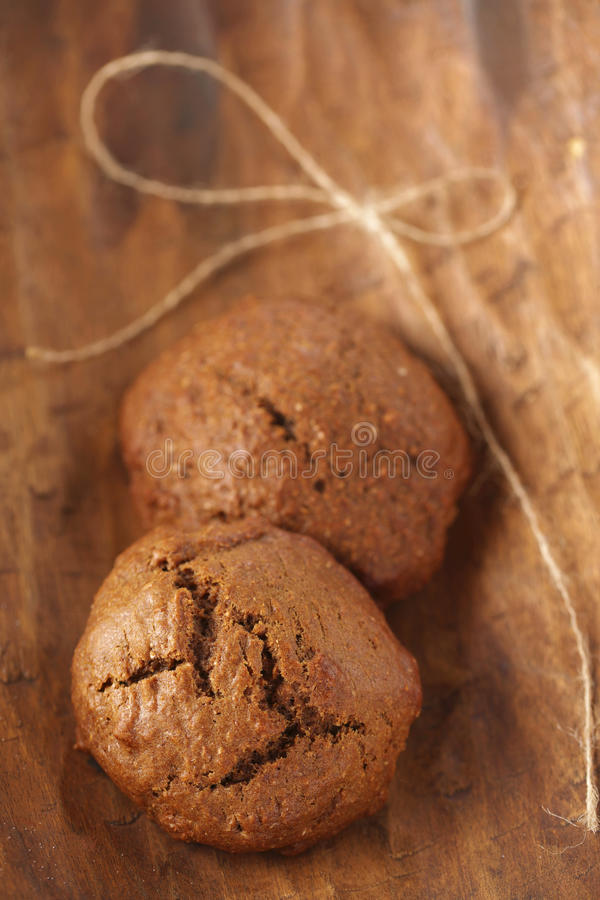 Dois bolinhos macios do gengibre na madeira, dof raso imagem de stock
