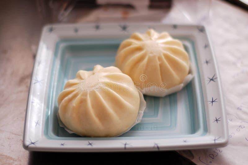 Dois bolos cozinhados Dim Sum Bao da carne de porco do estilo do asiático imagens de stock royalty free