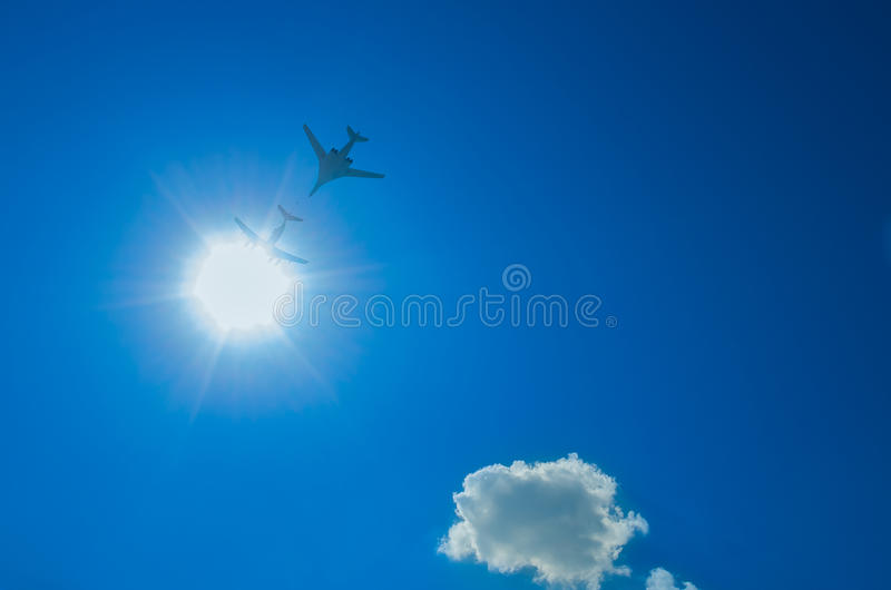 Dois bombardeiros que voam através do sol para baixo imagens de stock