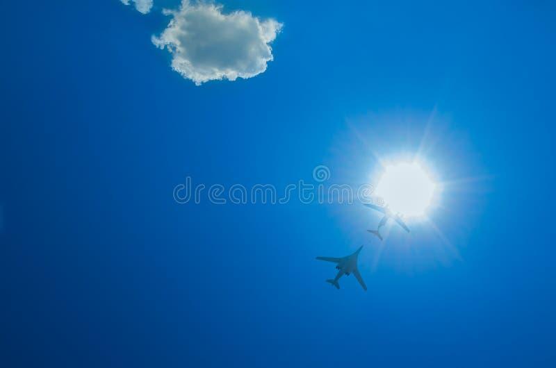 Dois bombardeiros voam acima através do sol fotografia de stock
