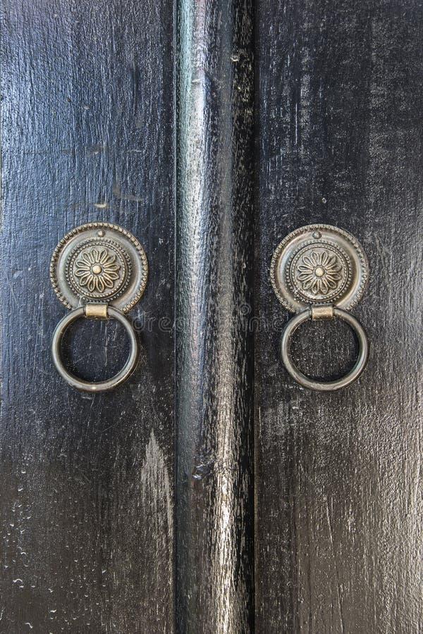 Dois botões de porta dos anéis feitos do ferro preto fotos de stock royalty free