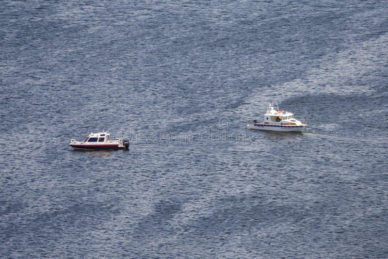 Dois botes de salvamento na água escura imagem de stock royalty free