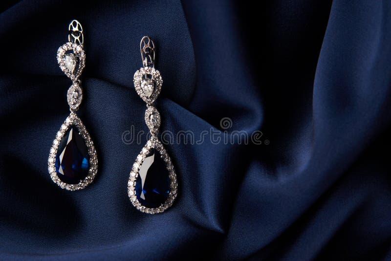Dois brincos dourados da safira com diamantes pequenos foto de stock royalty free