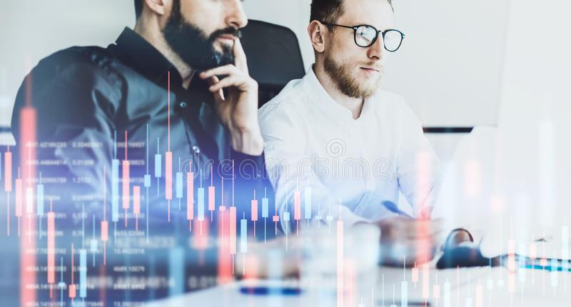 Dois businessmans que fazem a análise o gráfico e indicador técnicos do preço, carta vermelha e verde e compra e venda de ações d fotos de stock royalty free