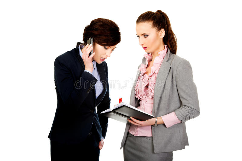 Dois businesswomans que discutem um com o otro foto de stock