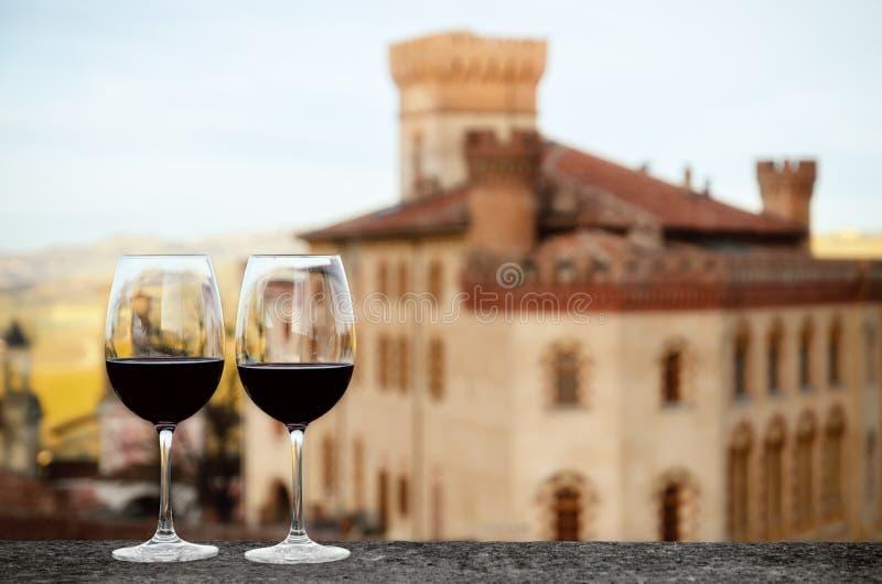 Dois cálices do vinho com o castelo de Barolo Itália fotografia de stock