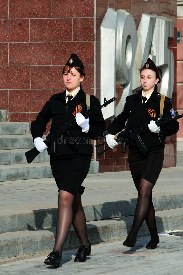 Dois cadete das meninas com armas foto de stock royalty free