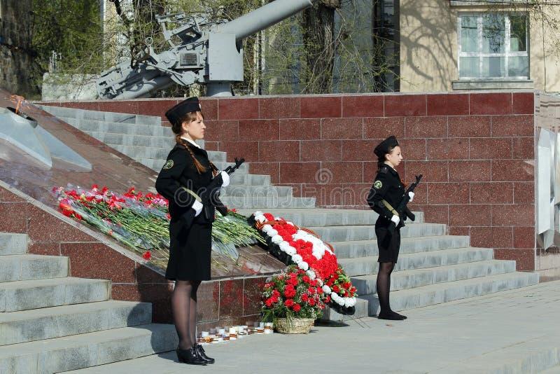 Dois cadete das meninas com armas fotos de stock