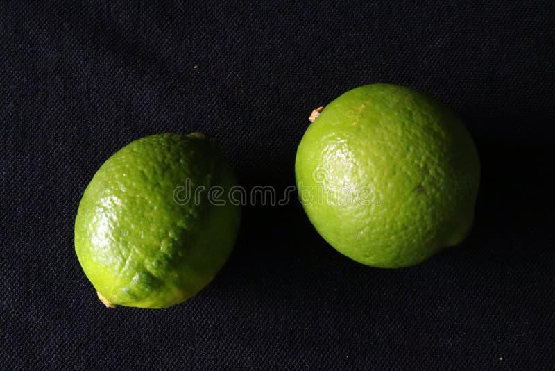 Dois cais verdes contra o fundo preto fotografia de stock royalty free