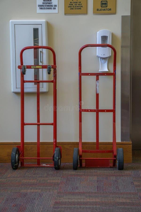 Dois caminhões de mão vermelhos que esperam para ser do serviço fotografia de stock royalty free