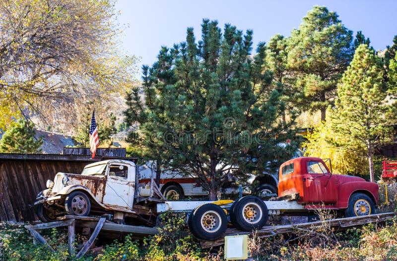 Dois caminhões do vintage na jarda do salvamento fotos de stock royalty free