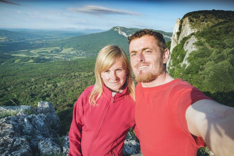 Dois caminhantes que fazem o selfie imagens de stock royalty free