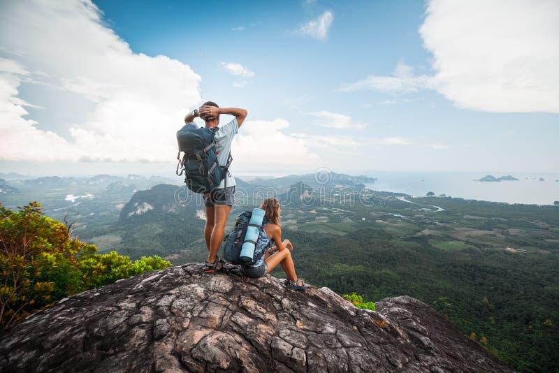 Dois caminhantes relaxam sobre uma montanha imagens de stock royalty free