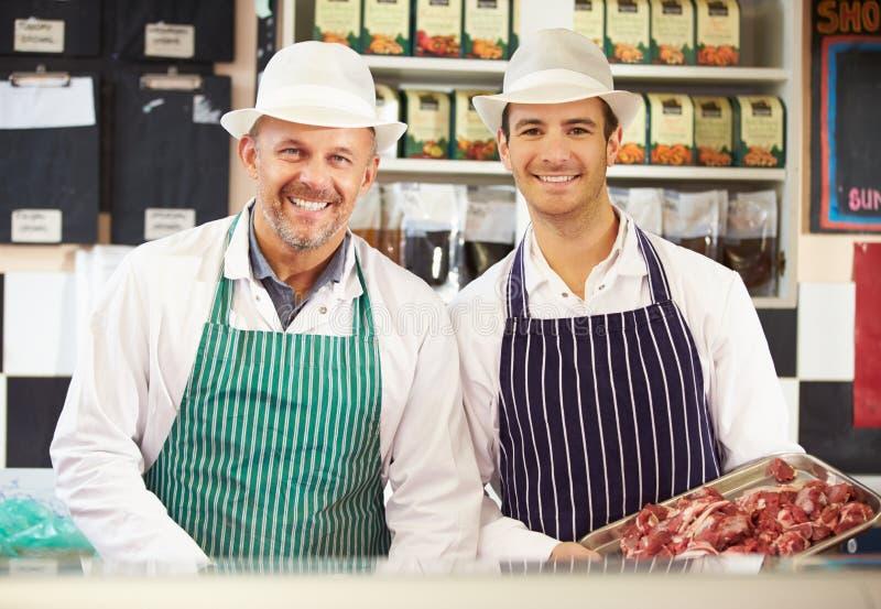 Dois carniceiros no trabalho na loja imagem de stock