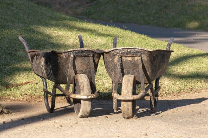 Dois carrinhos de m?o de roda fotos de stock royalty free