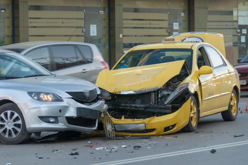 Dois carros causados um crash imagem de stock