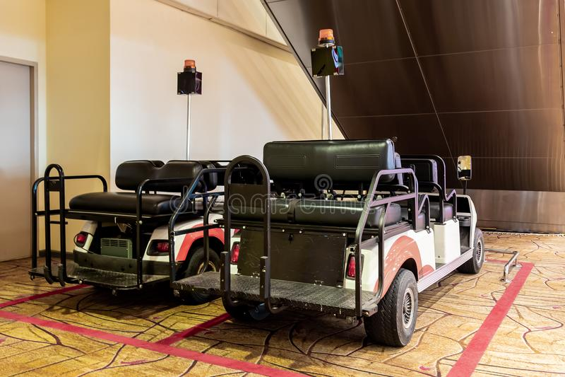 Dois carros elétricos do aeroporto para a entrega do passanger e da bagagem dentro dos terminais imagem de stock royalty free