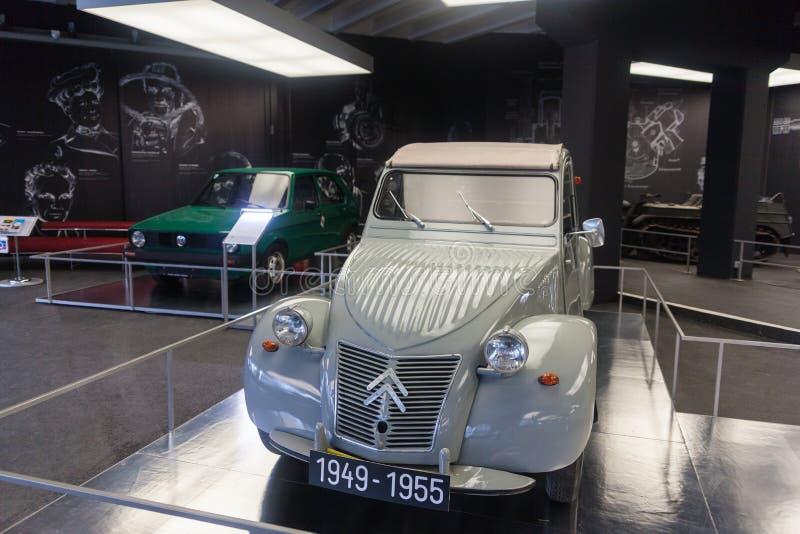 Dois carros em um museu fotografia de stock royalty free