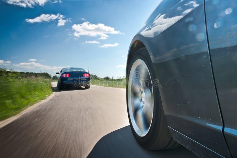 Dois carros na estrada secundária fotografia de stock royalty free