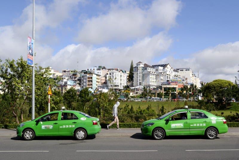 Dois carros verdes do táxi na estrada imagens de stock royalty free
