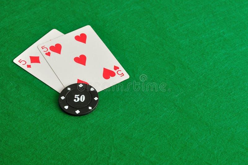 Dois cartões com uma microplaqueta de pôquer fotografia de stock royalty free
