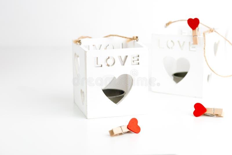 Dois castiçal do cubo no branco com corações Conceito do dia dos Valentim 14 de fevereiro imagem de stock