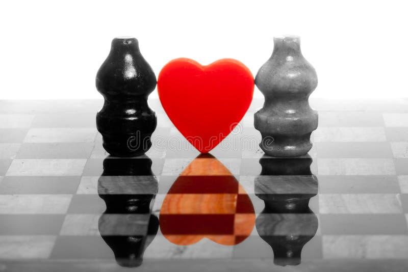 Dois chessmans românticos no tabuleiro de xadrez de mármore foto de stock