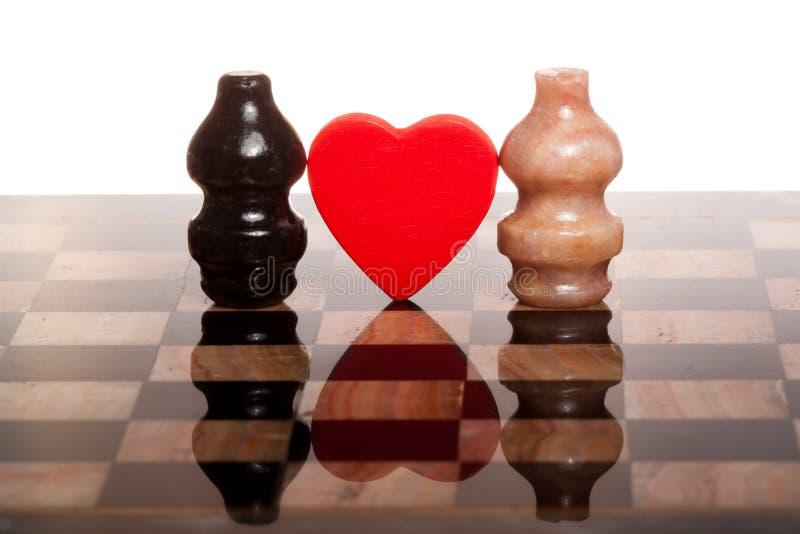 Dois chessmans românticos no tabuleiro de xadrez de mármore fotos de stock