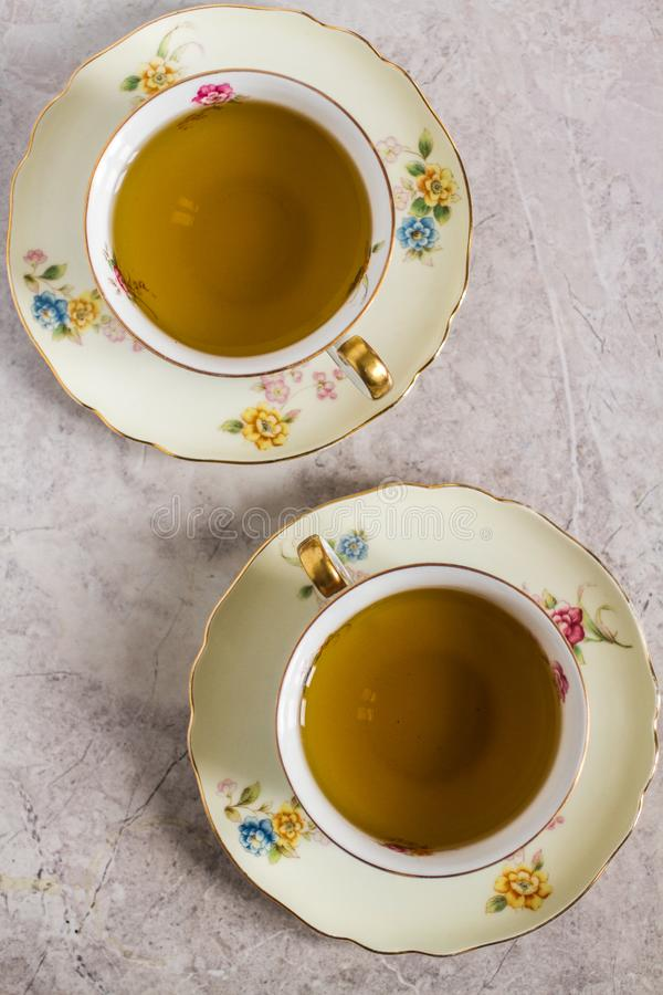 Dois China Crystal Tea Cups com chá da pastilha de hortelã fotografia de stock