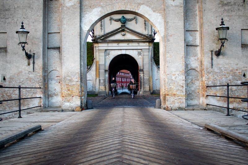 Dois ciclistas que cruzam a ponte imagem de stock royalty free