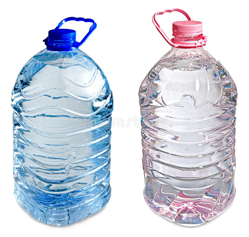 Dois cinco frascos do litro da cor-de-rosa e do azul da água foto de stock