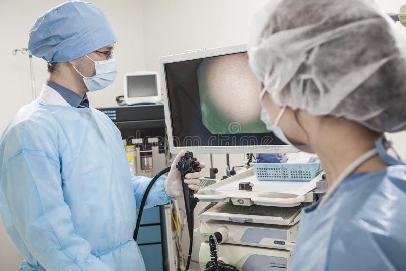 Dois cirurgiões que preparam-se para a cirurgia, olhando o equipamento médico fotos de stock royalty free