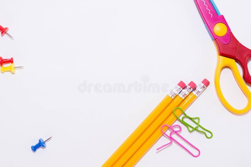 Dois clipes de papel que falam ao encontrar-se em um assoalho branco e em um lápis Vida diminuta da escola e de volta ao conceito fotografia de stock