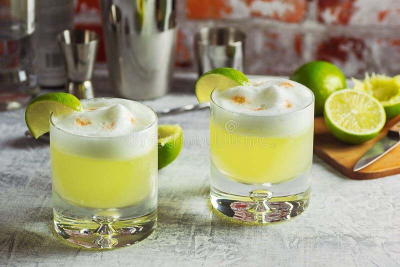Dois cocktail ácidos de Pisco na barra fotos de stock royalty free