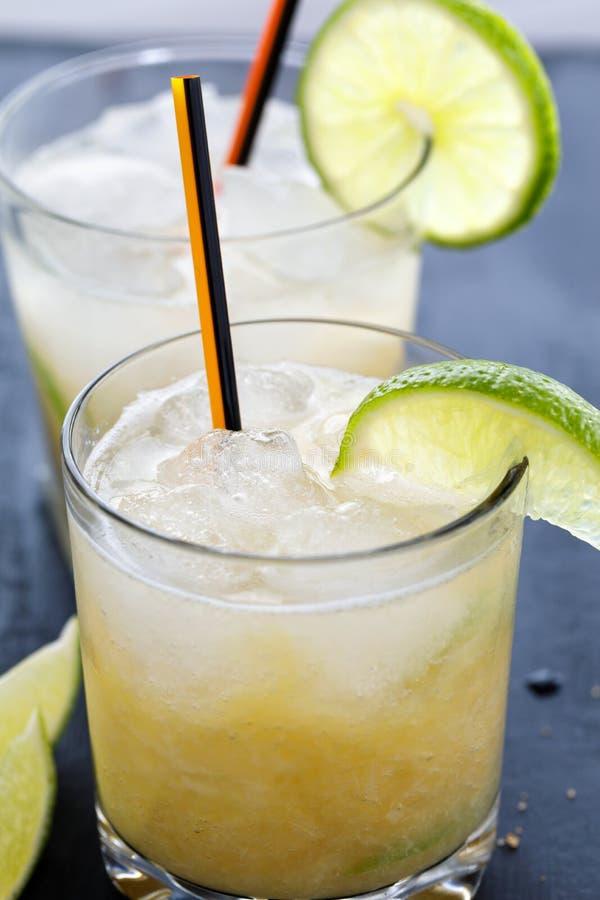 Dois cocktail brasileiros do caipirinha na tabela imagem de stock royalty free