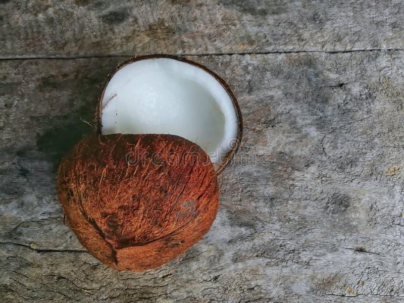 Dois cocos no fundo de madeira fotos de stock royalty free