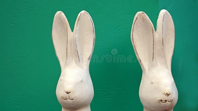 Dois coelhinhos da P?scoa brancos fotografia de stock royalty free