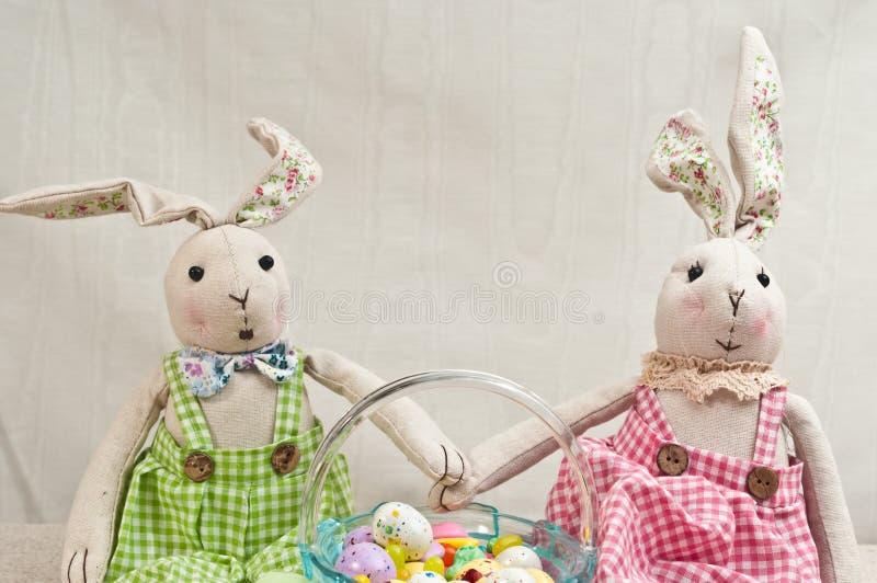 Dois, coelhos enchido, do bebê e cesta de easter dos doces imagens de stock royalty free