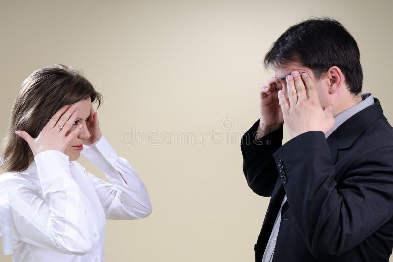 Dois colegas brancos que têm a dor de cabeça fotos de stock royalty free