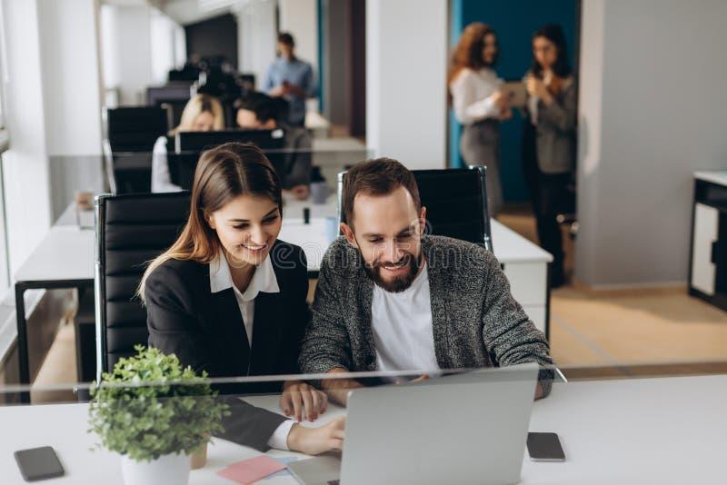 Dois colegas do negócio na reunião no interior moderno do escritório fotos de stock royalty free